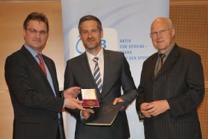 v. l.: Staatssekretär Stephan Manke (Nds. Ministerium für Inneres und Sport), Christian Coombs (2. Vorsitzender des VfB) und Prof. Dr. Wolf-Rüdiger Umbach (Präsident des LSB) (Foto: LSB Niedersachsen)